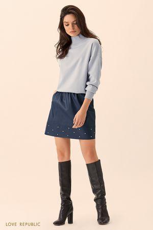 Синий свитер с высоким горлом