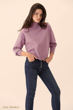 Сиреневый свитер с высоким горлом