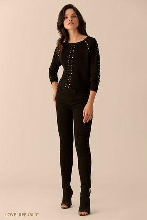 Джемпер чёрного цвета с рукавами реглан и заклёпками фото