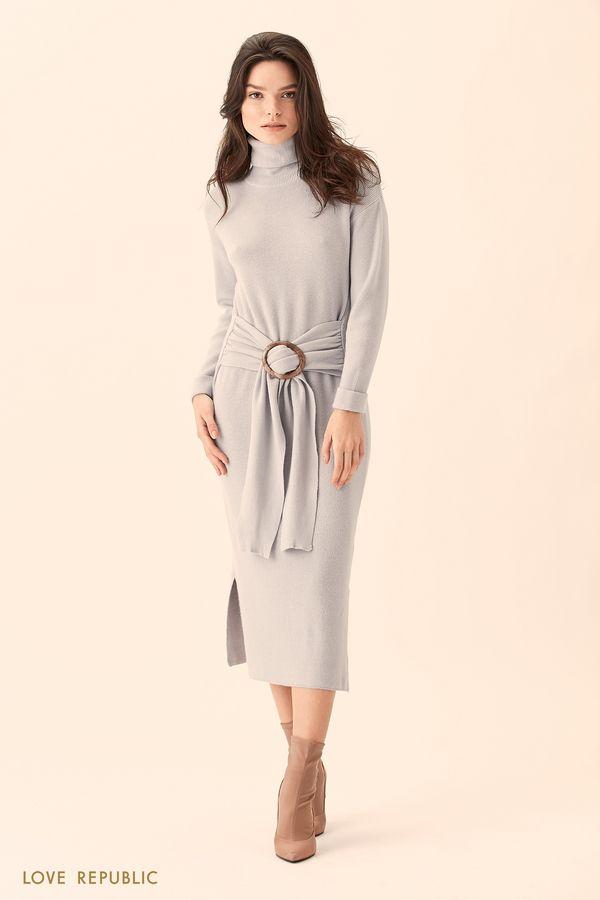 Платье серого цвета с высоким воротом и поясом 01511370521-32