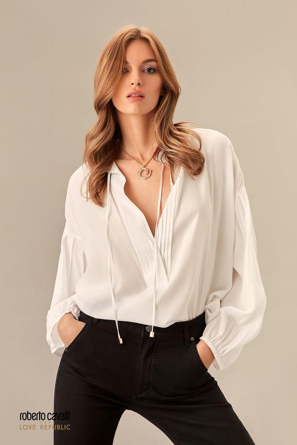 Блузка молочного цвета с объемными рукавами и воротником-стойкой 0153756306-60