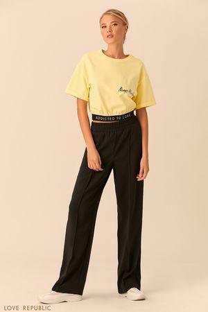 Короткая хлопковая футболка жёлтого цвета фото