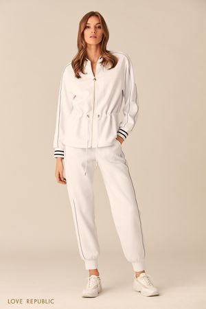 Спортивная куртка молочного цвета с талией на кулиске