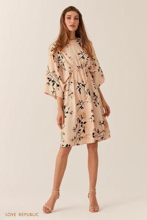 Свободное бежевое платье-кимоно с флористическим принтом фото