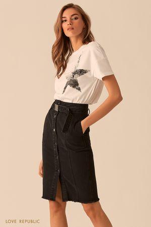 Белая футболка с принтом на груди фото