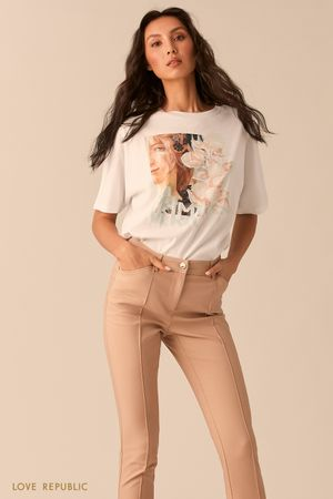 Молочная футболка с арт-принтом и надписью фото
