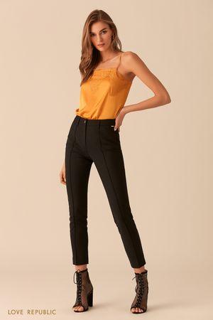Узкие черные укороченные брюки с фактурными стрелками фото