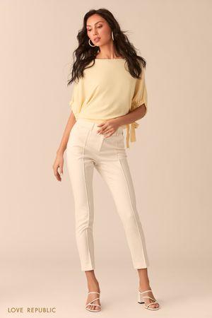 Узкие молочные укороченные брюки с фактурными стрелками фото