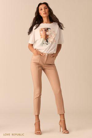 Узкие укороченные брюки с фактурными стрелками песочного цвета фото