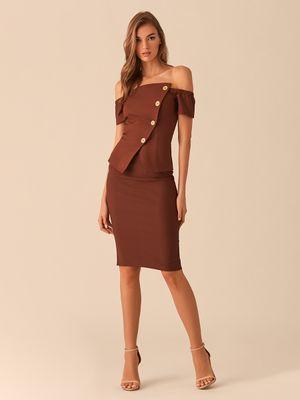 Шоколадная блузка с открытыми плечами и асимметричным рядом пуговиц фото