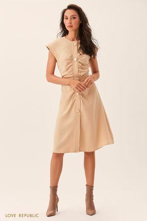 Приталенное бежевое платье с драпировками фото