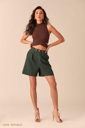 Зеленые шорты с защипами на бедрах фото