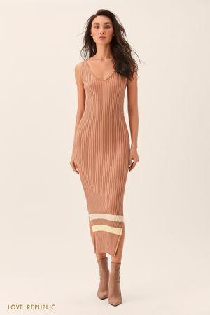 Длинное песочное платье без рукавов из трикотажа фото