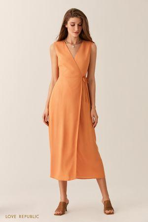 Оранжевое трикотажное платье на запах с вырезом на спине фото
