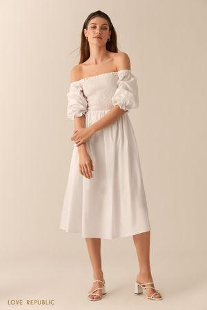 Белое платье миди с открытыми плечами фото