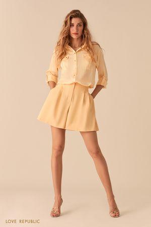 Атласная блузка в стиле милитари желтого цвета фото