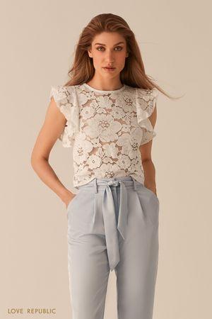 Кружевная полупрозрачная блузка с рукавами-воланами молочного цвета фото