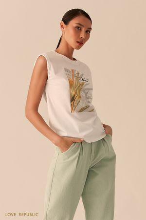 Белая футболка с акцентными плечами и флористичным принтом фото