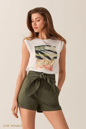 Белая футболка с тропическим принтом и акцентными плечами фото