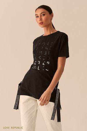 Черная удлиненная футболка с лентами и серебристым принтом фото