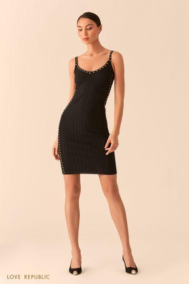 Открытое черное платье-футляр из фактурного трикотажа с заклепками 02553110569