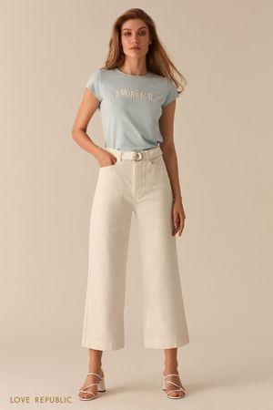 Белые укороченные джинсы клеш фото