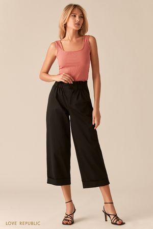 Укороченные широкие брюки с подворотами черного цвета фото