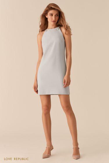 Голубое платье мини с открытыми плечами и цепочками 02562390557