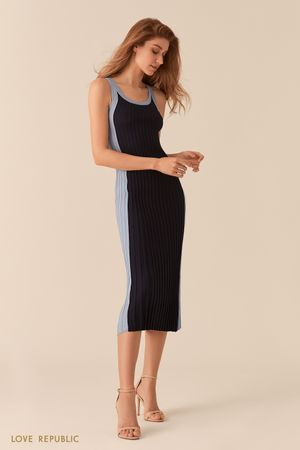 Контрастное темно-синее платье миди из фактурного трикотажа Love Republic