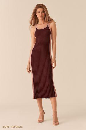 Контрастное бордовое платье миди из фактурного трикотажа фото