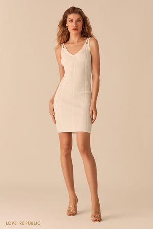Открытое молочное платье из фактурного трикотажа фото