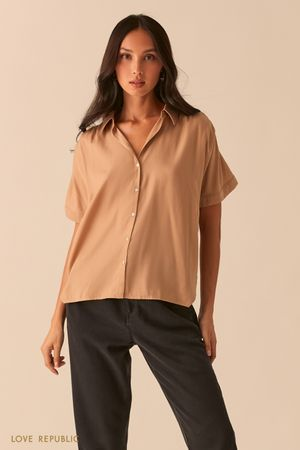 Свободная рубашка со сборками на плечах песочного цвета фото