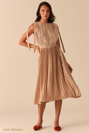 Плиссированное бежевое платье миди фото