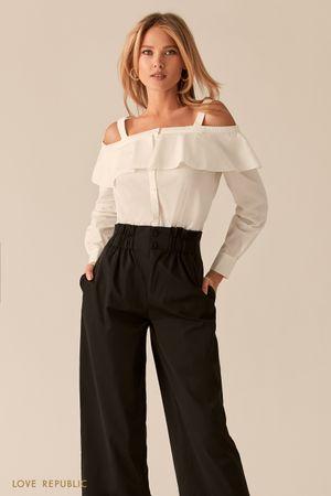 Белая рубашка с открытыми плечами и воланом фото