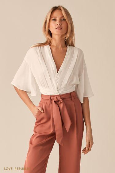 Молочная блузка с V-образным вырезом и широкой сборкой на талии 0357024331