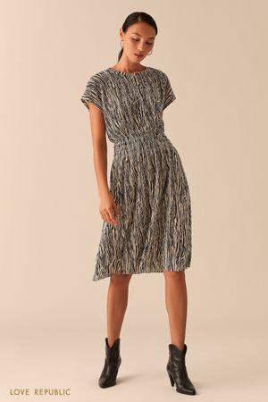 Приталенное платье миди из жатой ткани с анималистичным принтом фото