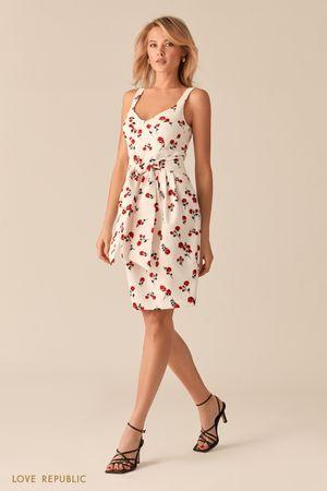 Белое платье-футляр с ярким цветочным принтом фото