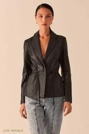 Приталенная черная куртка из экокожи с лацканами фото