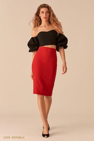 Лаконичная юбка-карандаш красного цвета фото