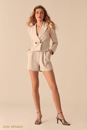 Короткие шорты с защипами на бедрах и акцентной молнией фото