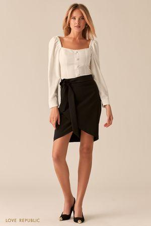 Белая блузка с вырезом каре и акцентным рядом пуговиц фото