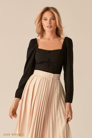 Черная блузка с вырезом каре и акцентным рядом пуговиц фото