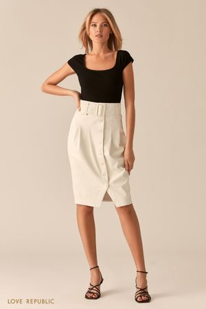 Белая юбка-тюльпан из экокожи с рядом пуговиц фото