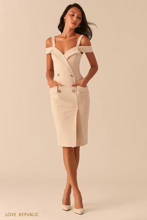 Двубортное платье-футляр с открытыми плечами кремового оттенка фото