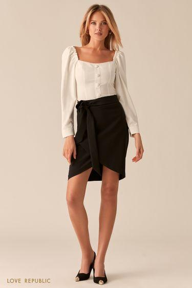 Белая блузка с вырезом каре и акцентным рядом пуговиц 0357220310