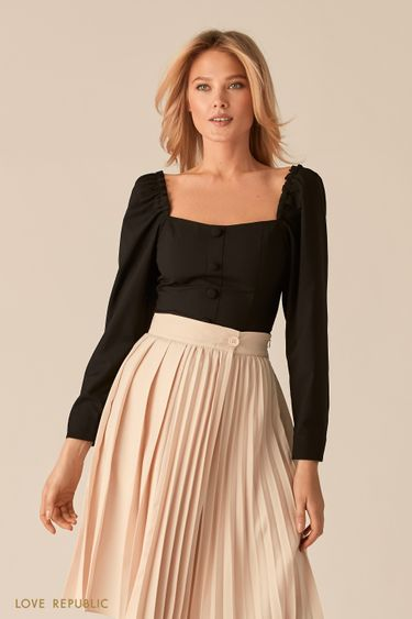 Черная блузка с вырезом каре и акцентным рядом пуговиц 0357220310