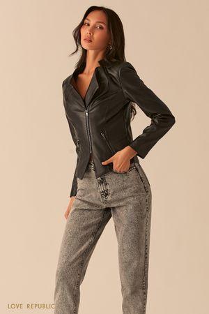 Черная приталенная куртка-косуха из экокожи фото