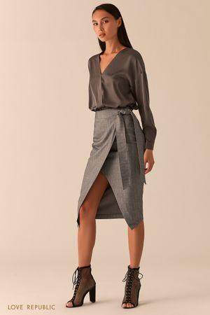 Блузка с запахом из темно-серой атласной ткани фото