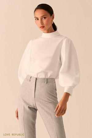 Белая хлопковая блузка с воротником-стойкой фото