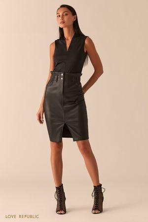 Черная юбка-карандаш из экокожи с разрезом фото